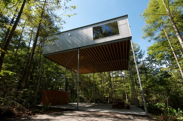 Nine slender, 100 x 100 millimeter square steel columns that are held in place by crossed braces on all four sides hold the small weekend house 6.5 meters in midair.