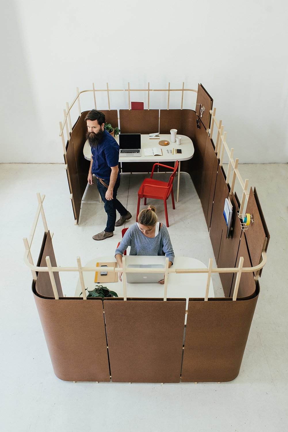 Collaborating with Arauco, the Andes House tested the durability of cholguán by exposing it to liquid. To their surprise, they found the material survived but bent gently, revealing that it could be shaped to divide offices.  Office from A Good-Looking Office System Made from an Everyday Packing Material