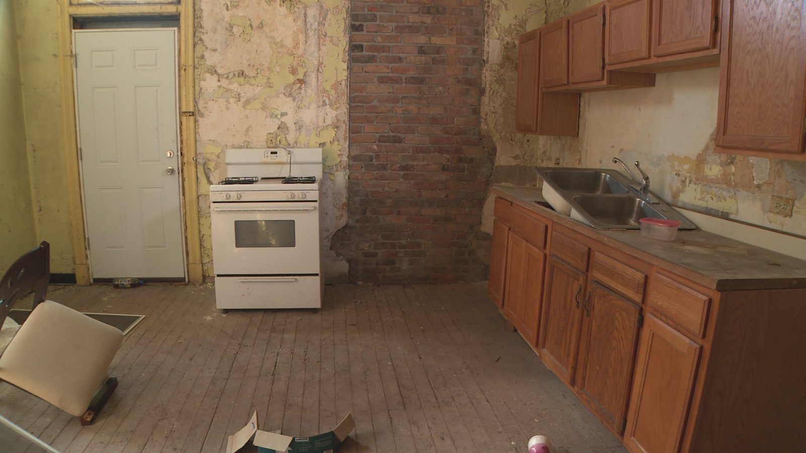 """A """"before"""" view of the kitchen.  Photo 2 of 4 in The Winning Renovation of Rowhouse Showdown"""