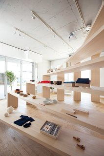 Nosigner used castor aralia wood for the design and comissioned a carpenter in Yokohama who specialized in large-scale furniture to build the shelf.