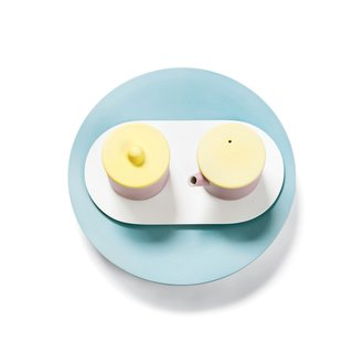 Created by one of Japan's oldest porcelain manufacturers Scholten & Baijings, this tea set is both modern and timeless.