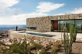 Lodged in a hillside along the arid U.S.-Mexico border, an earthy family home absorbs grand vistas of El Paso, Texas, as well as Juárez, Mexico. A lap pool extends toward a canyon.