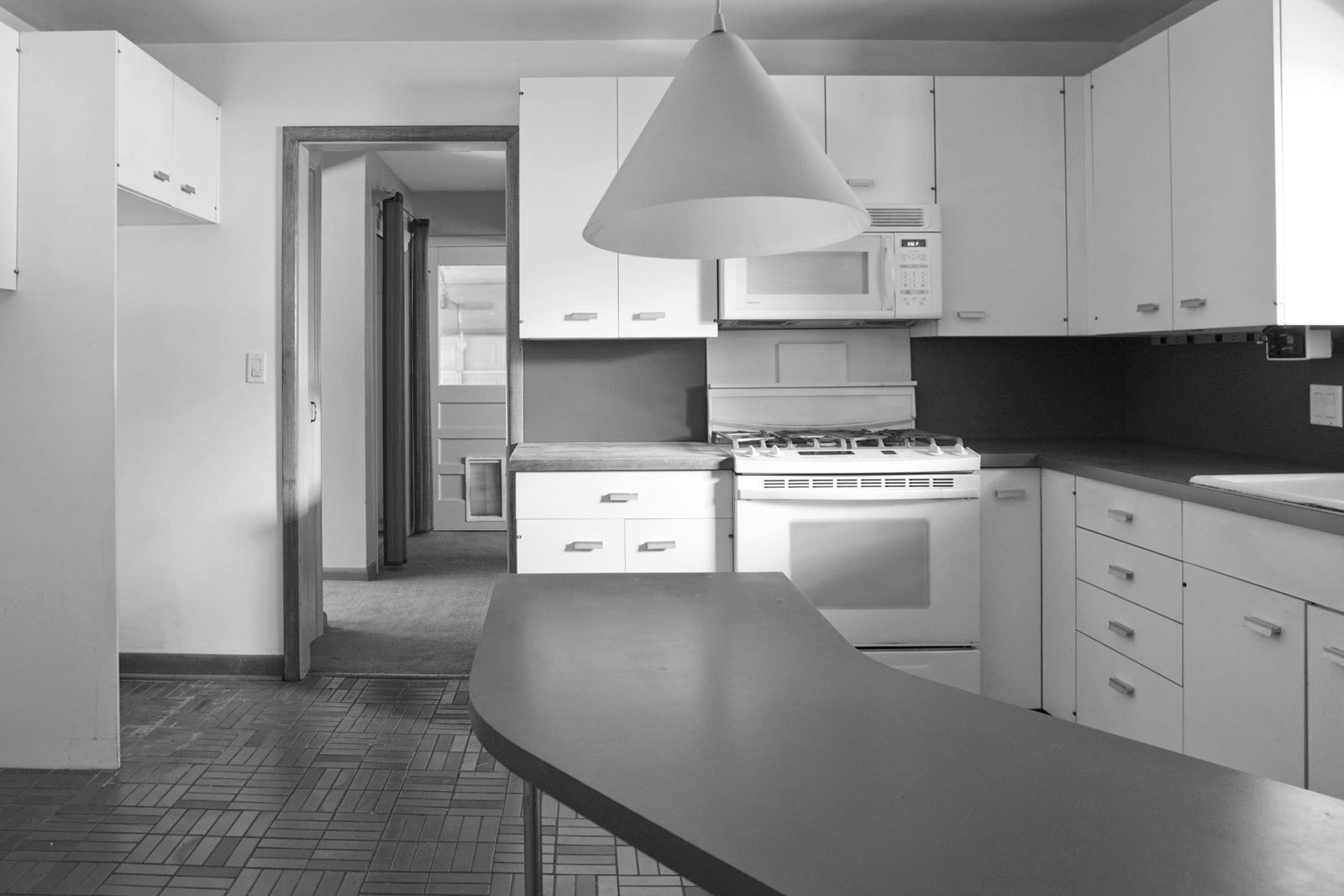 A 1980s renovation dated the kitchen (below left)  Photo 3 of 8 in American Beauty