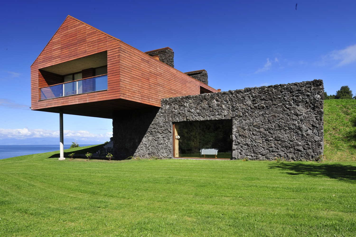 Via ArchDaily, photo by  Photo 4 of 11 in 10 Spectacular Modern Abodes