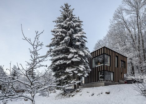 Exterior and Prefab Building Type Project Name: Unknown  Photo 18 of 20 in 19 Modern Prefab Companies Perfect for Mountain Living