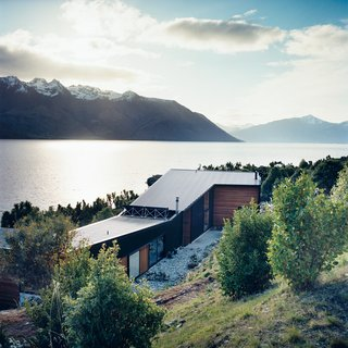The home is made up of two parts: a rear wing containing the studio and a guest room, and the north-facing living quarters (which, in the southern hemisphere, attract the most sun) overlooking the lake.