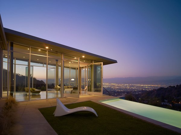 For the Skyline Residence, Belzberg Architects made a conscious effort to to build an environmentally sensitive structure, without sacrificing aesthetic and budget. They recycled wood framing and flooring from a nearby construction site and the low e-glazing, steel, and concrete mixes were all manufactured in California.