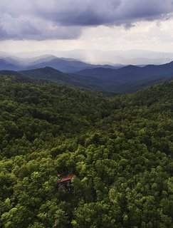 On weekends, architect Michael Neiswander and his partner, Nick Corsello, leave their Atlanta loft  and drive to their Scaly Mountain retreat to be immersed in nature.   Scaly Mountain, North Carolina Dwell Magazine : September / October 2017