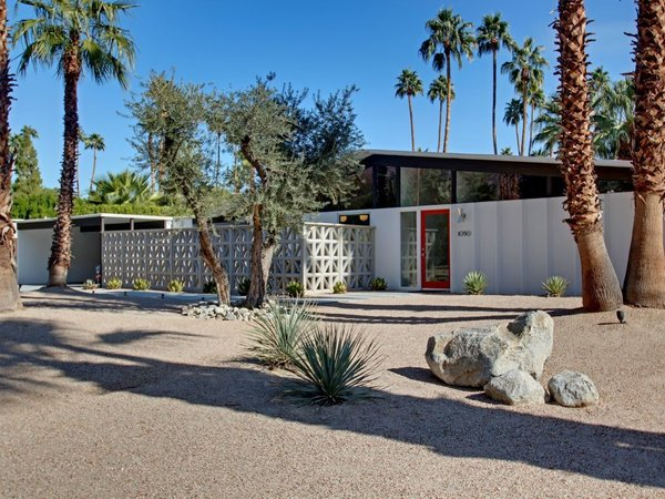 This 1959 Alexander home features vaulted tongue-and-groove ceilings, porcelain tile floors, and classic furnishings from Warren Platner, George Nelson, and the Eameses. It is available to rent on HomeAway.