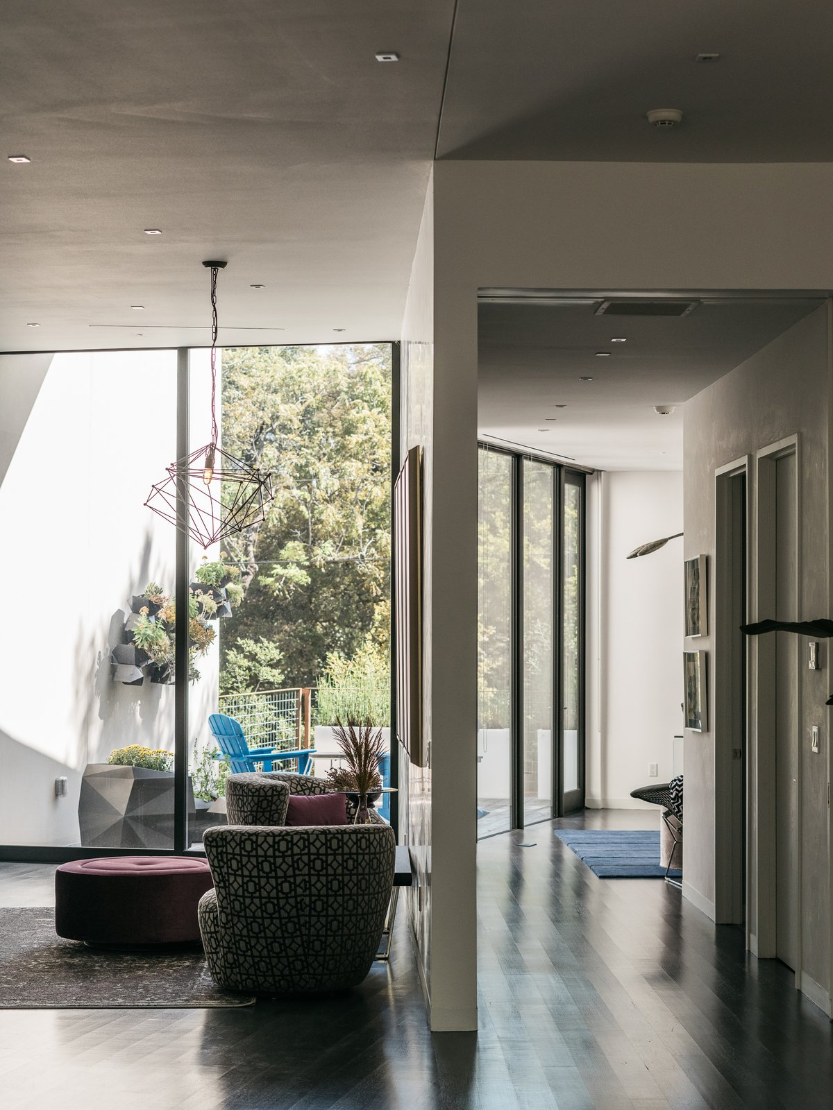 Photo 8 of 18 in A Black Stucco Home in Dallas Is Surrounded