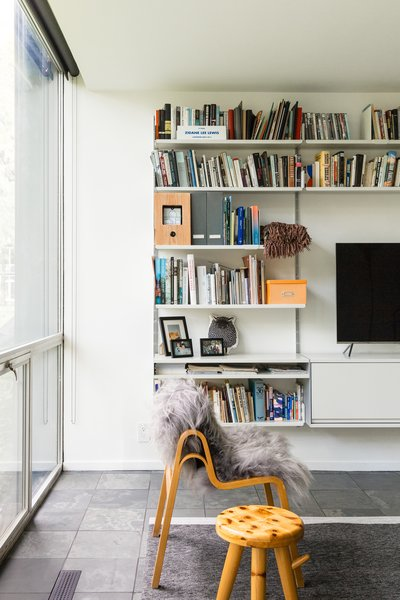A Wilhelmina chair by Ilmari Tapiovaara furnishes the living area.