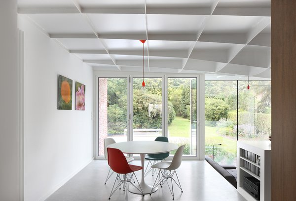 ORG Permanent Modernity renovated the main house in 2003 and the rear extension in 2015, with help from structural engineers UTIL. The breakfast area (above left) features a set of Eames dining chairs from Vitra and a Tulip table by Eero Saarinen for Knoll.