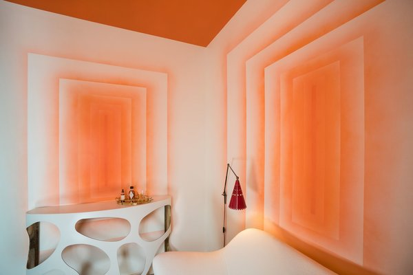 Decorative artist Willem Racké worked with Susan Chastain to create this vibrant tangerine lounge. The two main walls of the small room were painted to give the illusion of looking into infinity. A high-gloss, orange lacquer covers the ceiling.