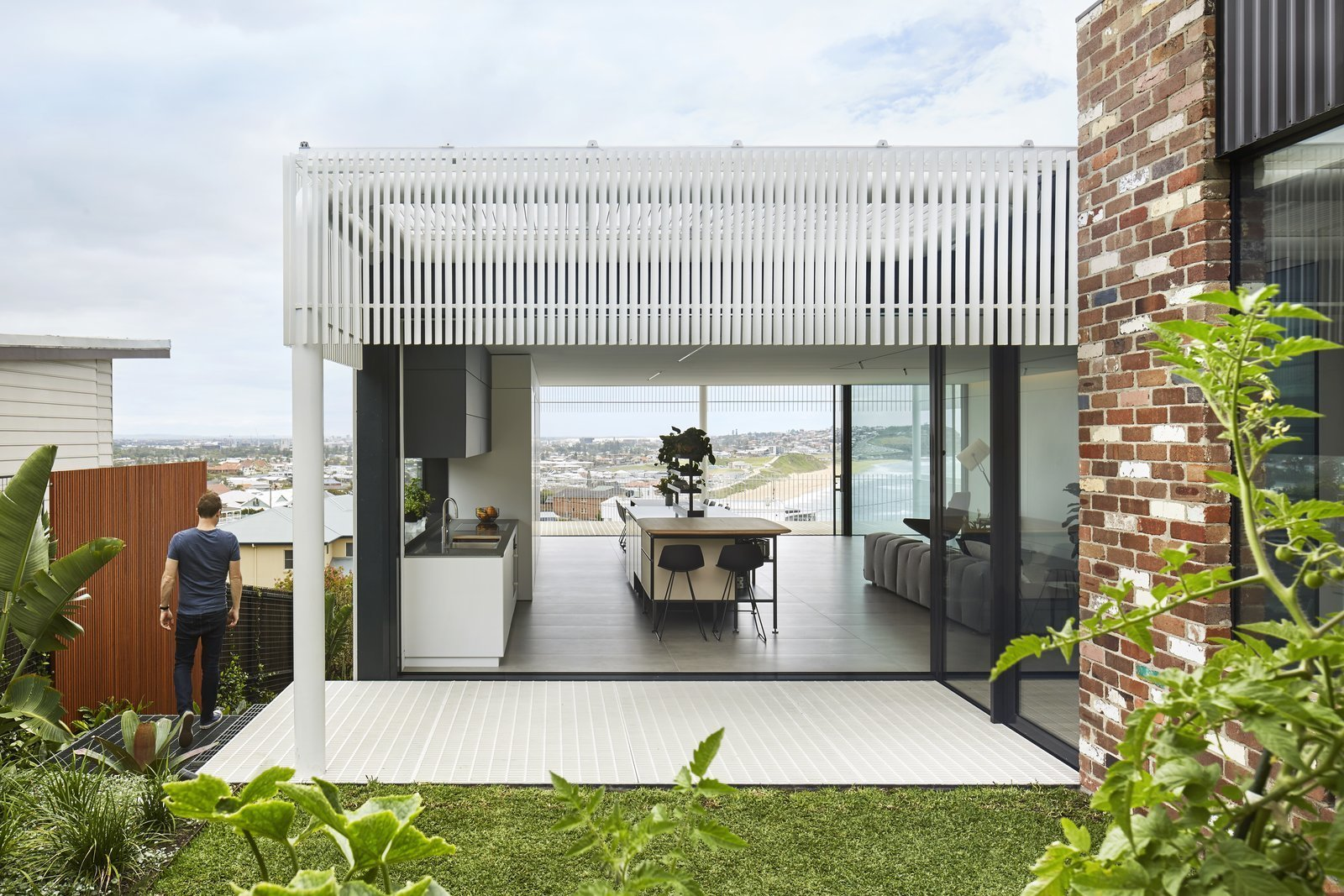 Outdoor, Grass, Side Yard, and Small Patio, Porch, Deck The home's sci-fi structure seems to hover over the landscape.  Best Photos from A Futuristic Abode in Australia Draws Inspiration From Star Wars