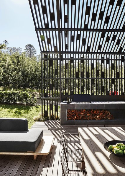 He devised the pergola to break up the mass of the house and integrate it into the site.