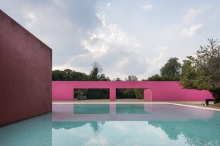 It goes without saying that one of the greatest masters of color was famed Mexican architect Luis Barragán, who used pink to dazzling effect in several projects, including Cuadra San Cristóbal.