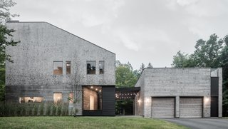 Entirely clad in cedar shingles, the Unbridled Path residence is both familiar and contemporary through its use of materials and proportions. It was inspired by the typology of an iconic nearby family estate.