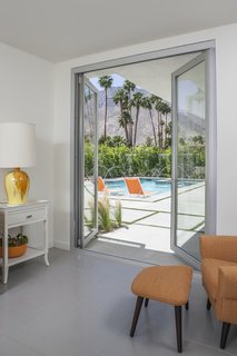 Thanks to the double-leaf bearing hinges, the swing doors provide greater support for large panel weights.