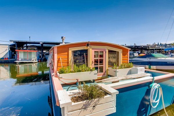 The 212-square-foot Orca houseboat is delightfully trimmed in pink. It was originally built in 1982 and received a thoughtful renovation in 2017.