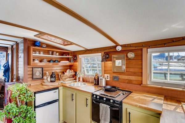 Another luxury feature is the combined stovetop and oven—two appliances which are not always guaranteed on houseboats. The freshly painted, custom cabinets are also new.