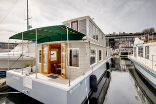 Currently moored in the heart of Lake Union, the Pied-A-Mer is conveniently located near downtown Seattle.