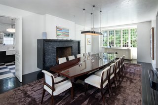 The light-filled dining space can comfortably seat up to 20 people.