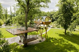 This fascinating tree house was created for the World of Living show park, a space dedicated to displaying contemporary prefab home design. Located in Rheinau-Linx, Germany, the tree house rests on seven slanted larch support beams and features a round, futuristic-like shape.