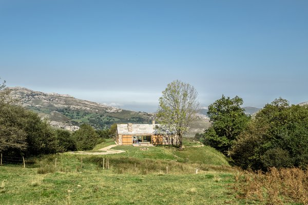 Villa Slow is a modern interpretation of traditional barn houses commonly found in the Cantabrian mountains.