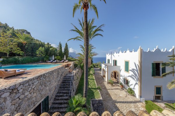 Perched on the northwest coast of Mallorca, S'Estaca offers mesmerizing Mediterranean views.