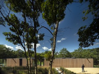 Rectangular in plan, the one-level Wuehrer House sits on a secluded forest clearing in the seaside village of Amagansett in the East End of Long Island, New York.