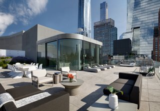 The roof includes a private 3,892-square-foot terrace, which wraps around the interior lounge and pavilion and provides breathtaking views of the Chelsea skyline, the High Line, and the Empire State Building. This area also has the potential to house a pool or hot tub.
