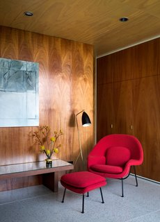 A Womb chair and ottoman by Eero Saarinen for Knoll are the main attraction in the media room.