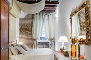 Those of refined taste will love this thoroughly delightful suite in the heart of the historic center of Rome.
