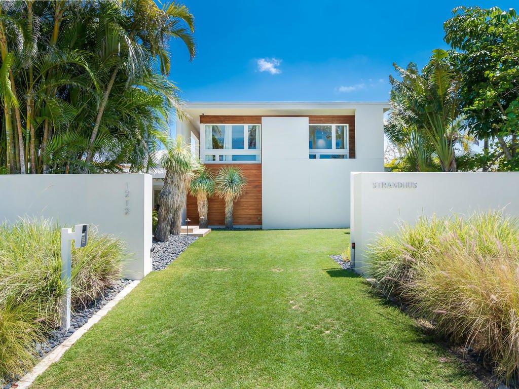 Strandhus Villa Sweet Sparkman Architects exterior lawn Sarasota Modern Lido Shores