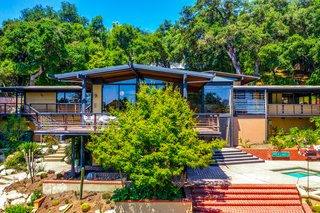"""The home's design follows the natural contours of the hillside location.&nbsp;<span style=""""font-family: Theinhardt, -apple-system, BlinkMacSystemFont, &quot;Segoe UI&quot;, Roboto, Oxygen-Sans, Ubuntu, Cantarell, &quot;Helvetica Neue&quot;, sans-serif;"""">The exterior was portrayed as the&nbsp;</span><span style=""""font-family: Theinhardt, -apple-system, BlinkMacSystemFont, &quot;Segoe UI&quot;, Roboto, Oxygen-Sans, Ubuntu, Cantarell, &quot;Helvetica Neue&quot;, sans-serif;"""">Pfefferman family</span><span style=""""font-family: Theinhardt, -apple-system, BlinkMacSystemFont, &quot;Segoe UI&quot;, Roboto, Oxygen-Sans, Ubuntu, Cantarell, &quot;Helvetica Neue&quot;, sans-serif;"""">&nbsp;home in the Amazon series """"Transparent.""""</span>"""