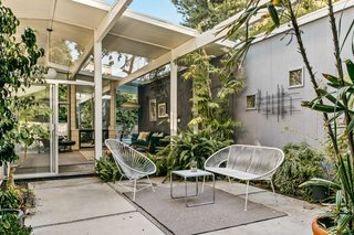 Upon entering the front door, guests and residents are welcomed inside via the sunny atrium—a signature feature in Eichler homes. Lush greenery fills the space, creating an instant connection with nature.