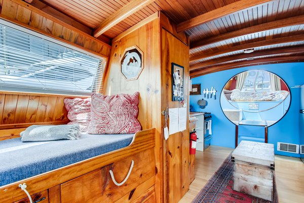 """An Adorable Houseboat Named """"Turnip"""" Sets Sail in Seattle"""