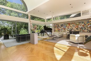 As their primary residence for many years, Rubin and Hattis filled the home with an expansive collection of art. The living room features a two-story, barrel-vaulted ceiling and wrap-around clerestory windows, all of which cast dramatic angles of light into the space.