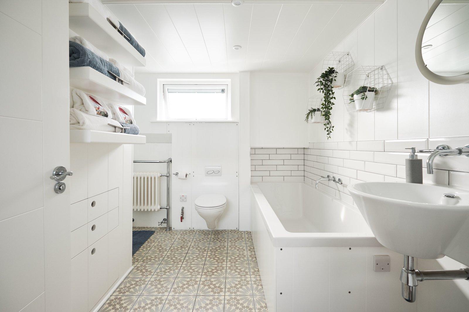 Gosport houseboat bathroom