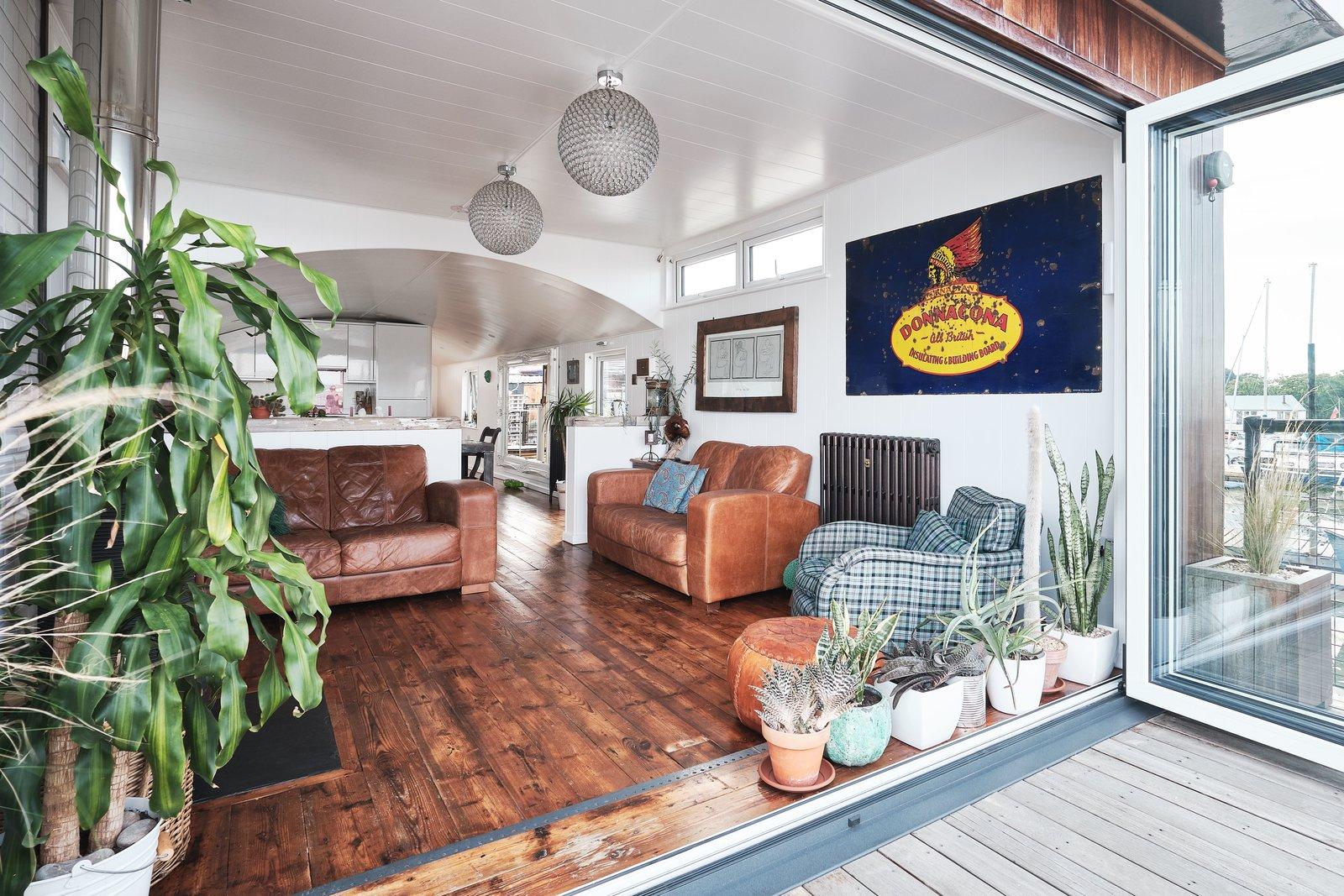 Gosport houseboat living room