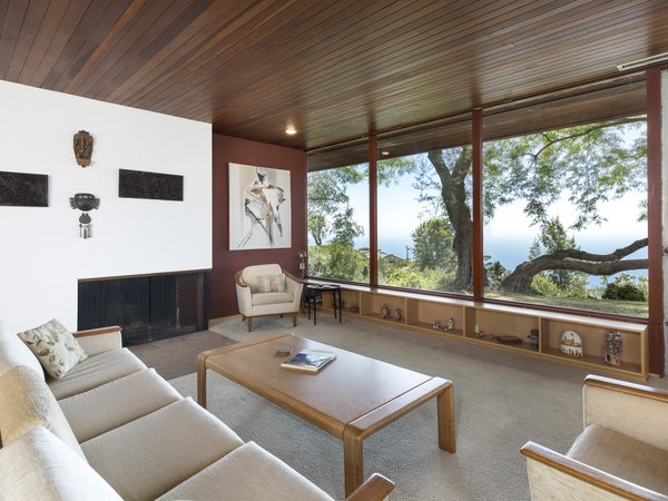 Measuring 2,018 square feet, the single-family residence has been tenderly cared for since its completion, offering a unique chance to step back in time. With a ribbon of transom windows along its front side, the midcentury also has an expansive windows spanning across the back.