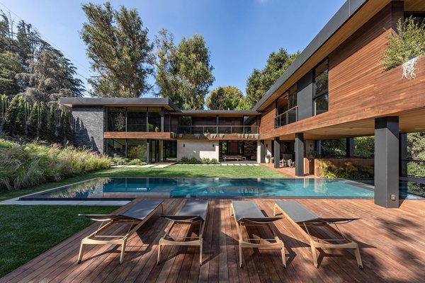 The 13,000-square-foot hillside lot offers several Ipe wood decks for entertaining, as well as a 58-foot-long Zero Edge pool with integrated spa. The final result is a streamlined composition of intersecting lines that frame and emphasize the natural environment.