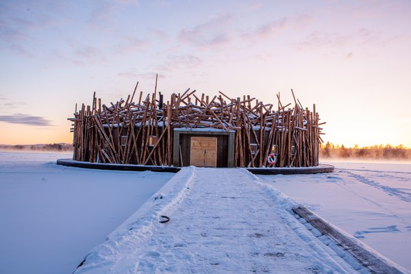 Logs splayed around the structure's facade emulate a log jam—a reference to Harads' logging industry from days of yore. During the summer, the bath floats freely in the Lule River and it's anchored to shore by a wooden dock. In the winter,  the frozen river does the trick.