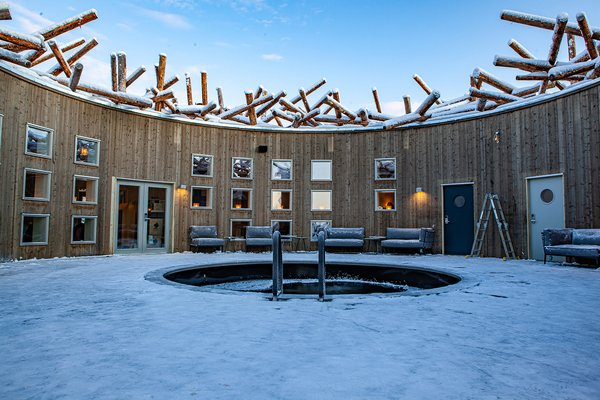 At the center of the rotunda is an ice bath where guests can take a frosty plunge—a traditional activity in Sweden. Temperatures are regulated at 39 degrees Fahrenheit year round.
