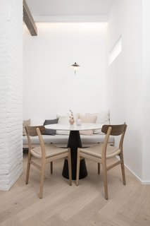 In the dining area, CH23 chairs by Carl Hansen & Søn join a table with a Pedrali base.