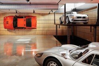 也许结构的最令人印象深刻的特点是壁挂式的宝马M1挂在地下室一个认真完成作业的无引擎跑车用螺栓固定在墙上。定制电梯承载结构的三个层次之间的车辆。