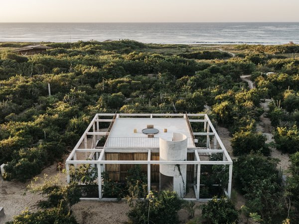 Aranza de Ariño and Claudio Sodi gave the architects at S-AR carte blanche to design their 850-square-foot beach retreat. The studio delivered an open structure that frames its natural surroundings.