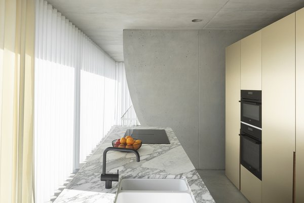The kitchen includes a KV1 faucet from Vola and a cooktop from Novy.