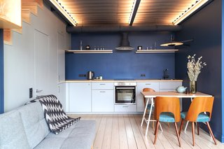 In the kitchen, designer Polina Kopteva used Tikkurila N435 blue paint.