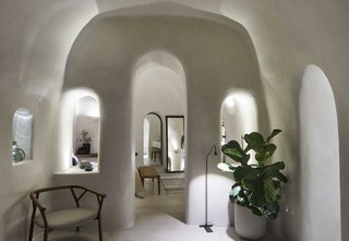 别墅Omikron入口揭示了一系列的拱形门洞的。